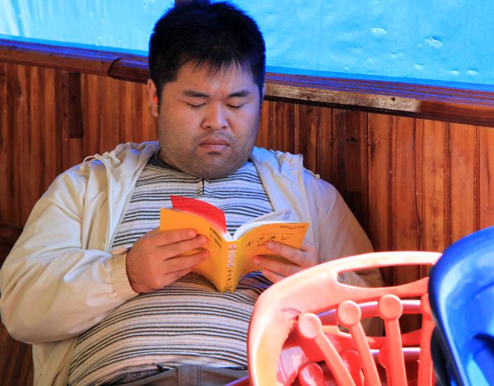 Mekong Mann lesend