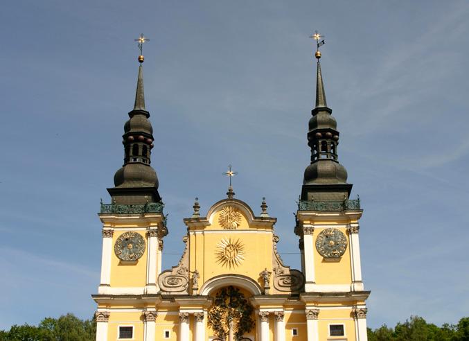 """Seit 2012 ist die Fassade der Wallfahrtskirche Heiligelinde in sanftem Altrosa getüncht, leider war aber stets das """"Fotolicht"""" sehr schlecht."""