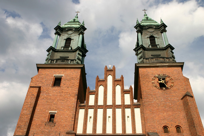 Die erzbischöfliche St.-Peter-und-Paul-Kathedrale  ist die Bischofskirche des Erzbistums Posen. Als eine der frühesten Kirchen und die älteste Kathedrale des Landes steht der Posener Dom geschichtlich für den Beginn der Christianisierung Polens. Der Überlieferung zufolge befindet sich der Dom an der Stelle, an der die Taufe des polnischen Herzogs Mieszko I. stattfand.