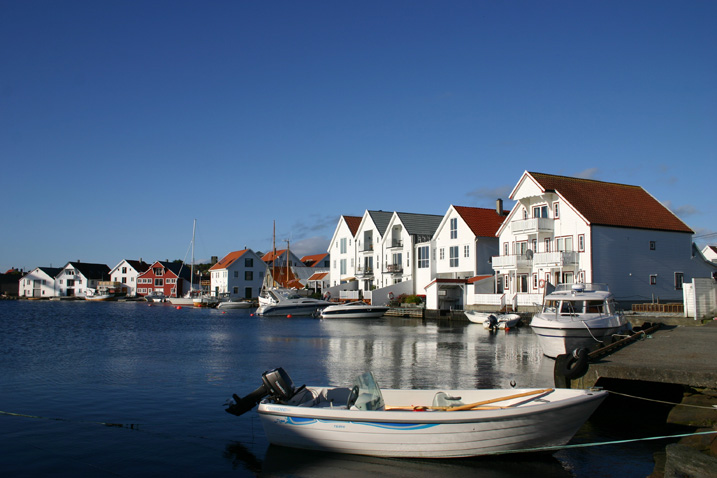 The beautiful village is located on the southernmost tip of the island of Karmøy. It is part of the traditional district of Haugaland.