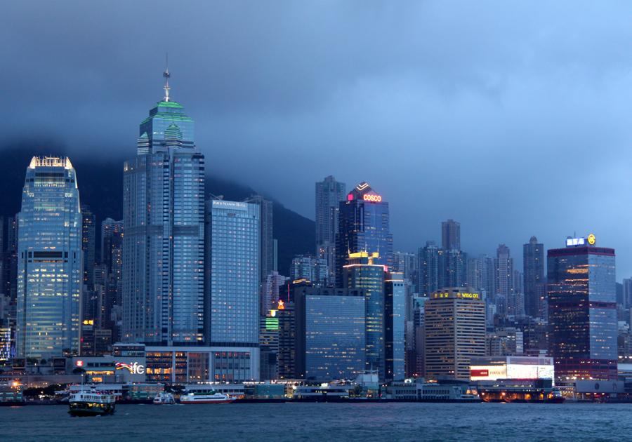 Ja, auch die Hass-Liste könnte für manchen lang werden. Aber kaum eine zweite Stadt entfaltet für mich, wenn die Lichter angehen, ein solches Flair wie Hongkong. Und nirgendwo sonst kann man sich so excellent und genussvoll duch Straßen- und sonstige Küchen (fr)essen!