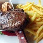 Um es unmissverständlich zu sagen: Ein gutes (!) Steak geht für mich immer, medium rare und  möglichst groß. Beilagen wären komplett verzichtbar.