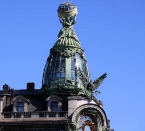 Ein kuppelähnliches Türmchen aus Stahl und Glas trägt eine große Skulpturenkomposition mit einem gläsernen Globus, dessen Durchmesser 2,80 m beträgt. Das gesamte Ensemble ist von innen beleuchtet.
