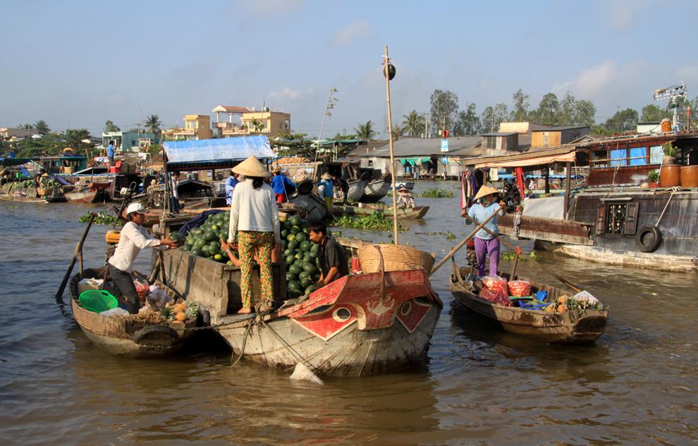 """Mekong-Delta in Vietnam: """"Der Spiegel""""  Schwimmende Märkte, prächtige Gärten, freundliche Mitreisende: Im Mekong-Delta zeigt sich das trubelige Vietnam von seiner gelassenen Seite. Wer auf eigene Faust versucht, in das Wasserlabyrinth einzudringen, benötigt etwas Geduld."""