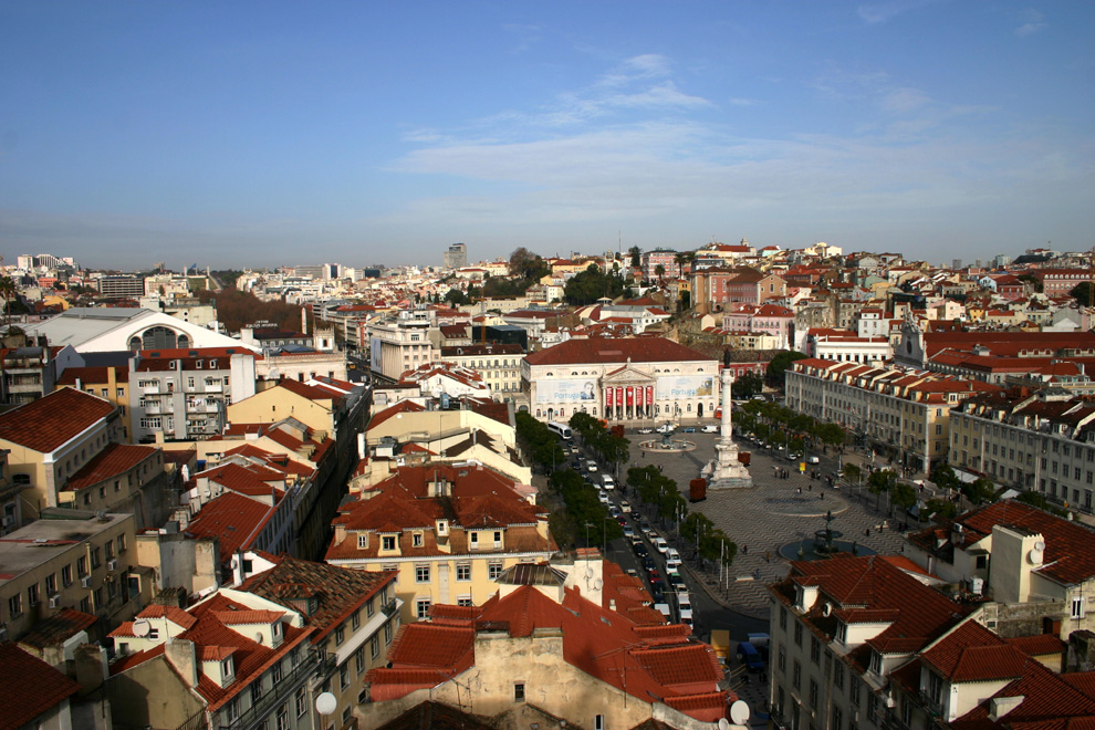 """Lissabon für Anfänger: """"Blick""""  Eine Großstadt, die auch Provinz ist. Lissabon steckt voller Melancholie und sprühender Lebensfreude. Portugals Hauptstadt wurde zu recht mehrmals zur besten City-Destination Europas gewählt."""