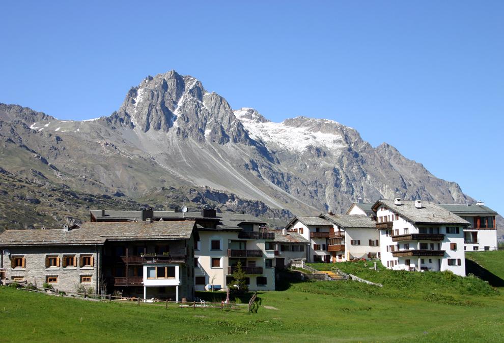 """Heile Bergwelt von Heidi: """"Frankfurter Rundschau"""" Ihre Welt sind die Berge: Romanfigur Heidi ist die berühmteste Schweizerin und das bekannteste Bergmädchen der Welt. Schweizer Marketingprofis schüren den Hype und verkaufen sie Touristen als real."""