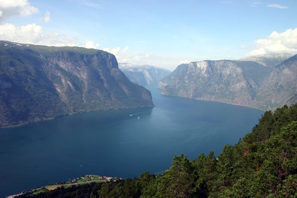 """Norwegens schönste Straßen: """"Der Spiegel"""" Auf den 18 norwegischen Landschaftsrouten muss man einfach immer wieder stehen bleiben und staunen. Auch wegen der Kunst. Auf den """"Nasjonale turistveger"""" gehört sie zur Rast - und regt zum Nachdenken an."""