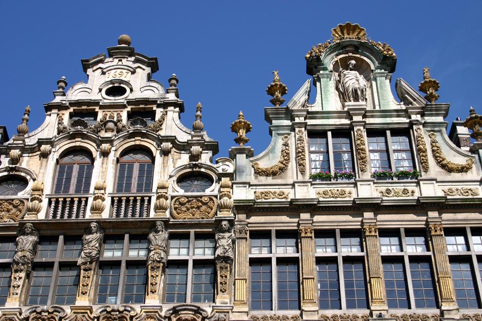 """Die zwei Gesichter von Brüssel: """"FAZ"""" Die Brüsseler Stadtteile Sablon und Marollen grenzen zwar aneinander, könnten aber verschiedener nicht sein. Während der eine sich in seiner Noblesse sonnt, pflegt man im anderen die proletarische Aufmüpfigkeit."""