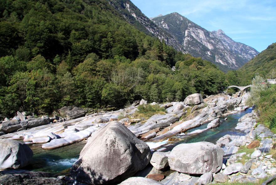 """Tipp fürs Tessin: """"Blick"""" Im Verzascatal sind nicht nur Wald und Wiesen grün, sondern auch der berühmt-berüchtigte Fluss, der den Wanderer über Stock und Stein begleitet."""