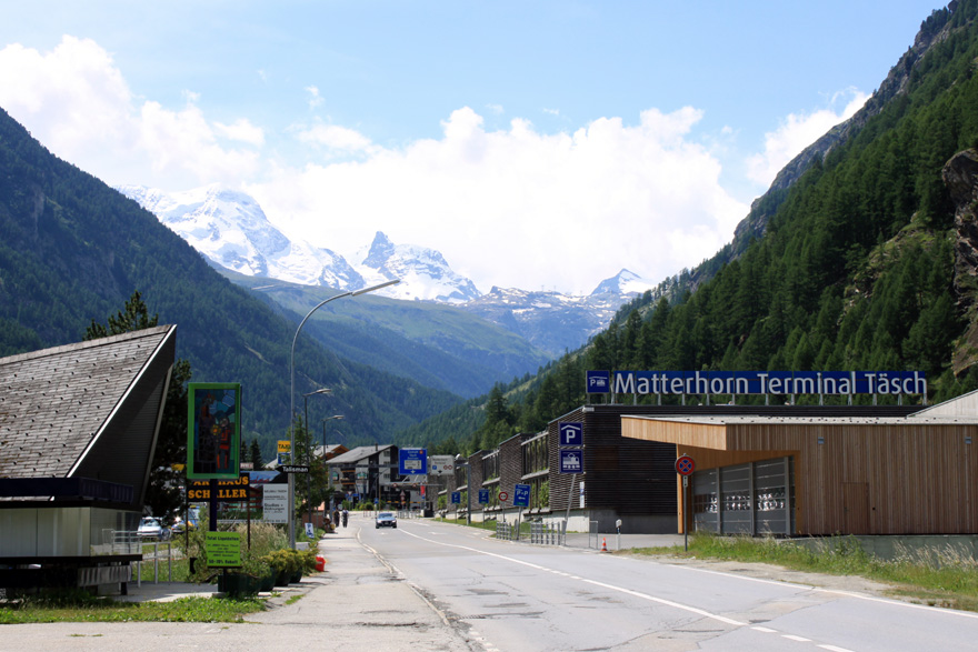 Täsch - Zermatt - Täsch = 16 CHF p. P (Fahrten im 20-Minuten-Takt). Parken im Parkhaus (bis 2,30 m Höhe für 24 Stunden) = 14,40 CHF.
