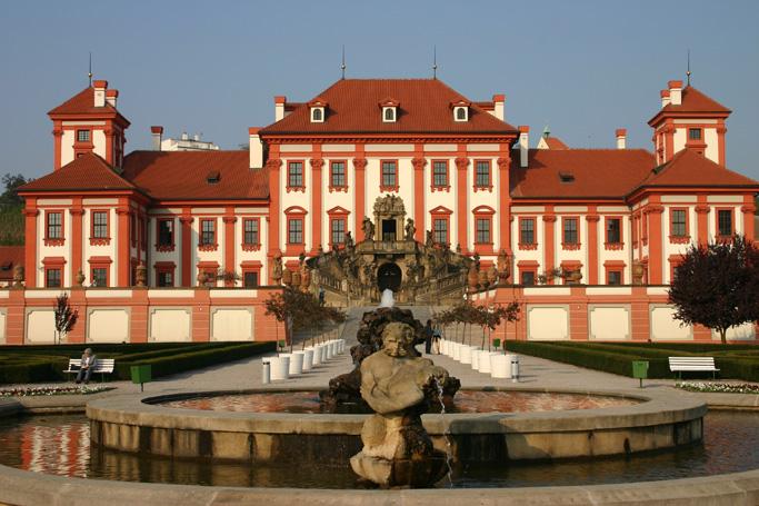 """Paddeltour auf der Moldau: """"stern"""" Wie dieser Fluss klingt, weiß fast ein jeder - dank Smetanas berühmter Komposition. Nicht aber, wie magisch die tschechische Landschaft ist, durch die er rauscht. Auch vorbei am Schloss Troja (Foto)."""