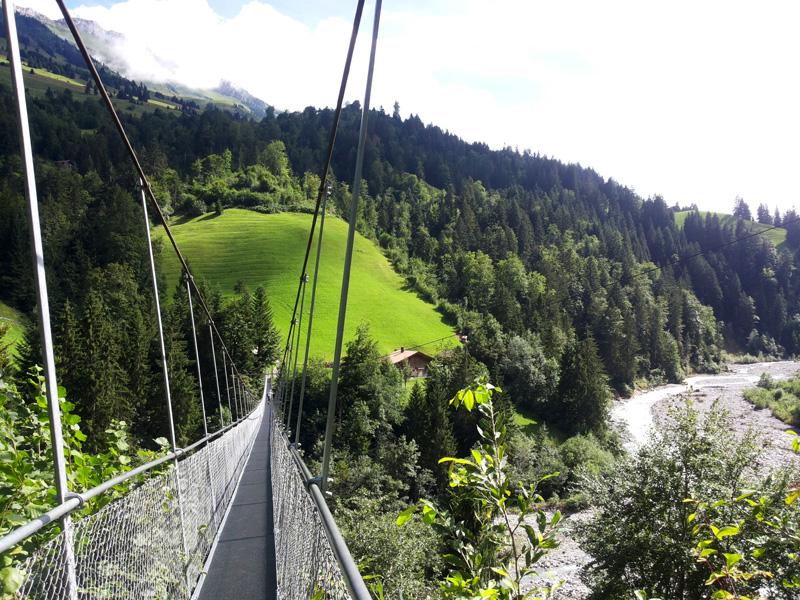 """Nervenkitzel Hängebrücken: """"Rheinische Post"""" Für Wanderer kann eine Brücke jedoch schon mal sehr abenteuerlich ausfallen - vor allem dann, wenn es sich dabei um Hängebrücken hunderte Meter über dem Boden handelt.(Foto: Hängebrücke bei Frutigen in der Schweiz)"""