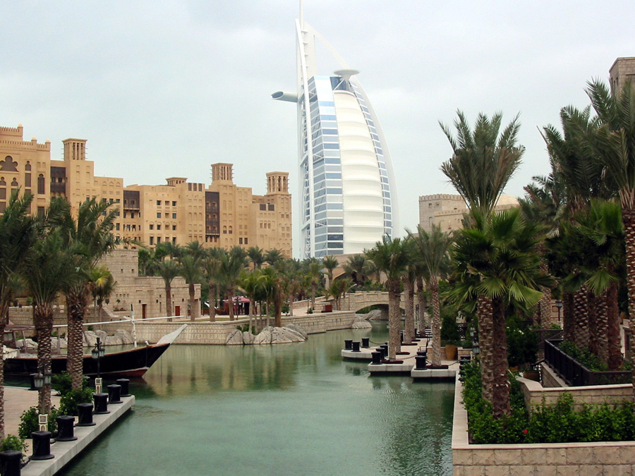 """Nach dem Boom in Dubai: """"FAZ"""" Dubai sollte eine Weltmetropole des 21. Jahrhunderts werden - ein Zentrum des Tourismus, ein Dorado der Reichen und Schönen. Doch die Extravaganz von gestern wird zum Schnäppchen von heute. Nach dem Ende des Booms hat Dubai Mühe, in der Gegenwart anzukommen."""