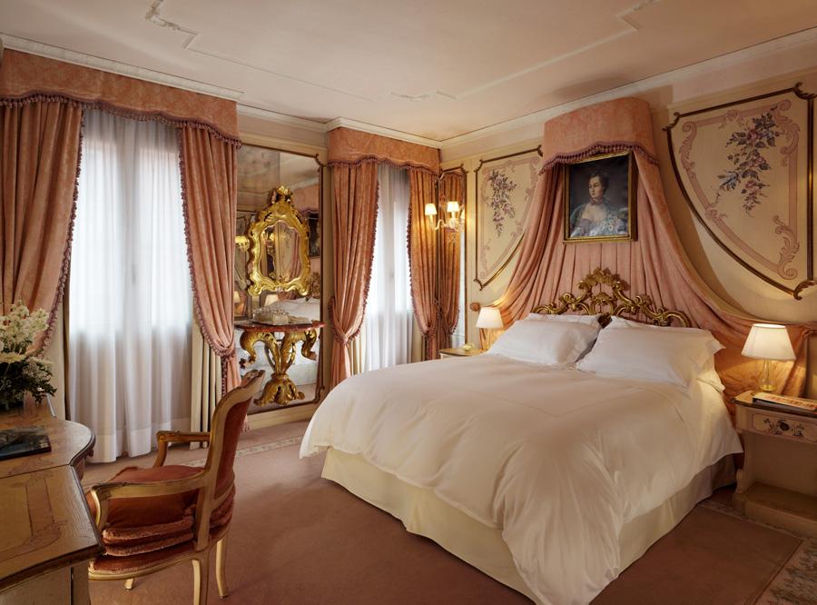 Großes Sparpotenzial hält im Winter das The Gritti Palace in Venedig bereit: Reisende, die den morbiden Charme der Lagunenstadt im Dezember erleben möchten, zahlen für das Standardzimmer rund 440 Euro statt 830 Euro in der restlichen Zeit des Jahres.