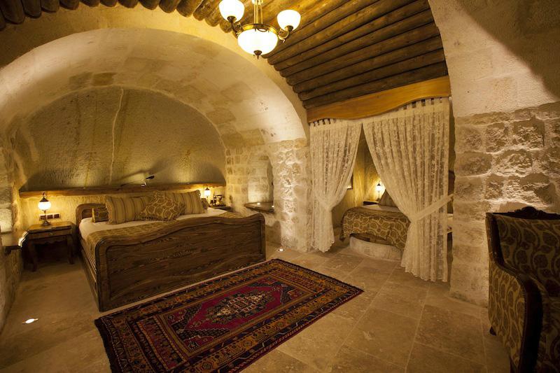 Wen es bereits jetzt in die Ferne zieht, sollte einen Urlaub in den Kayakapi Premium Caves in der Türkei, zu preiswerten Konditionen im Februar, in Erwägung ziehen. Das Hotel ist laut Travellers' Choice Awards die Nummer acht in Europa, Gäste schwärmen hier von den Höhlen, den palastähnlichen Suiten und den Hamam-Bädern. Auch eine Heißluftballonfahrt ist im Frühjahr möglich, um die Schönheiten der Höhlenarchitektur Kappadokiens zu bewundern.