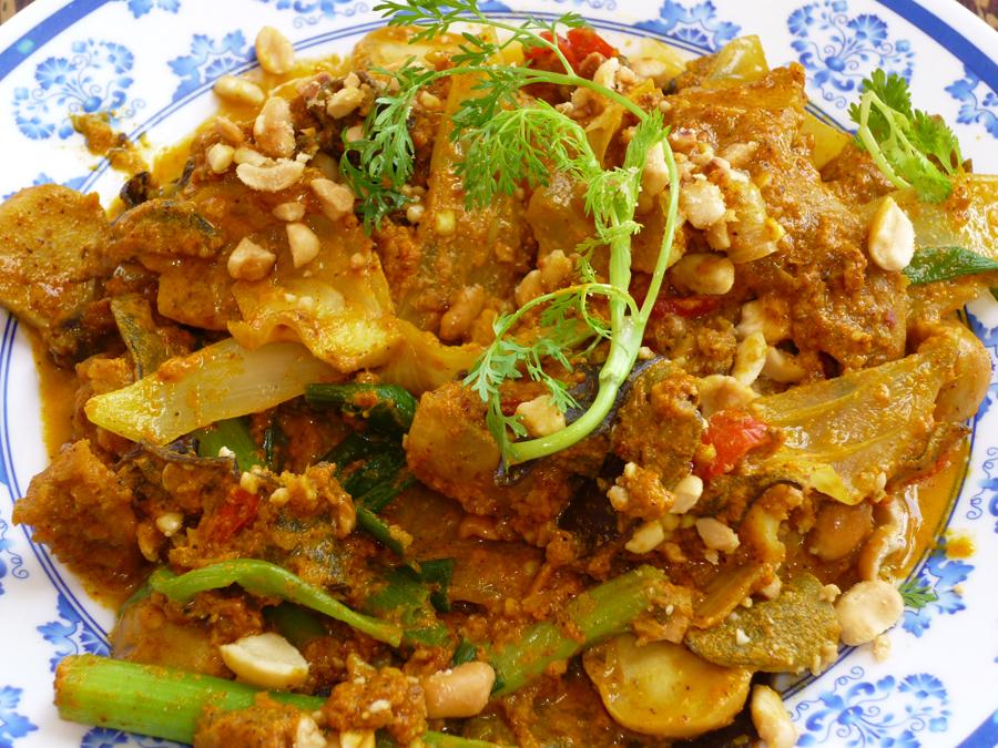 """Garküchen in Vietnam: """"Süddeutsche"""" Es gibt zwar genug Restaurants für Touristen in Ho-Chi-Minh-Stadt. Viel besser lernt man die Küche Vietnams aber bei einer Tour mit Einheimischen kennen - auf dem Rücksitz eines Mofas. Man kann Schlange (Foto) mögen, man kann es auch lassen. Mir hat es gut geschmeckt."""