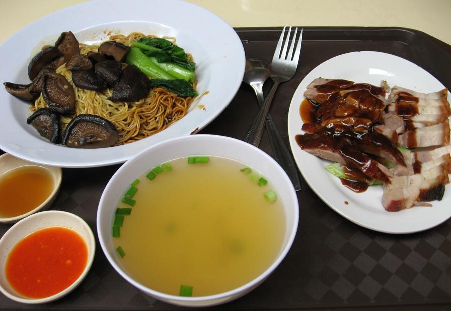 """In Singapur denkt man permanent ans Essen: """"Die Welt"""" Die vielen Restaurants in den ethnischen Vierteln von Singapur sind völlig unverdächtig, sich als Touristenfallen zu entpuppen. Die Singapurer essen selbst für ihr Leben gern – am liebsten im Freien."""