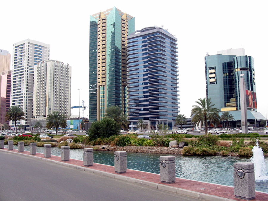 Nur ein Schelm hätte Oman, die VAE, Bahrain oder Katar jemals als Billigziel benannt. Auch in Dubai (Foto) wird 2015 das Loch in der Reisekasse größer. 4,67 Dirham gab es vor einem Vierteljahr noch für einen Euro, jetzt sind es bescheidene 4,34 Dirham. Tendenz: Weiter fallend.