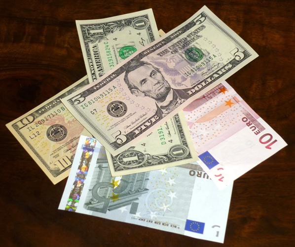 Dollar und Euro sollten unterwegs niemals fehlen!