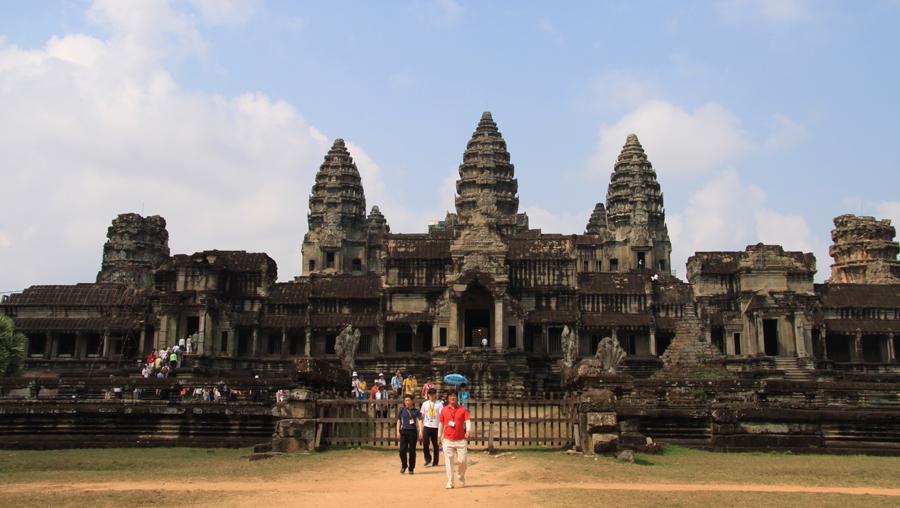 Preislich ist derzeit ein Langzeitaufenthalt am Meer in Kambodscha wohl nicht zu toppen. Man kann für 1,50 Euro satt werden, einheimisches Bier gibt es (0,5 l) nicht selten für weniger als 1 Euro und ein DZ mit Klimaanlage in Strandnähe ist in Sihanoukville für einen ganzen Monat mit ein bisschen Glück für rund 200 Euro zu mieten. Einziger deutlicher preislicher Ausreißer: Siem Reap - Angkor Wat (Foto) treibt alle Preise deutlich nach oben.