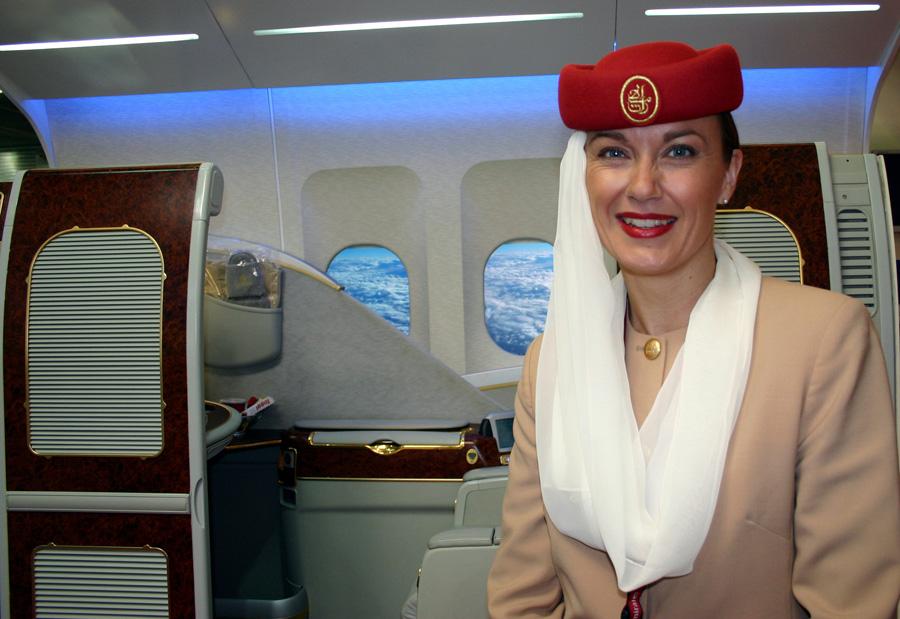 Emirates via Dubai  16 Stunden Flugdauer im günstigsten Fall. Kostenloses Visum am Flughafen. ***-Hotel ab 60 Euro im DZ Bei einem Besuch in Dubai wollen wir es auch gern belassen! Ohne können wir gut leben, shoppen kann man anderswo ebenso gut. Wir haben einst ein Auto gemietet und im Schweinsgalopp einige weitere Emirate abgeklappert.