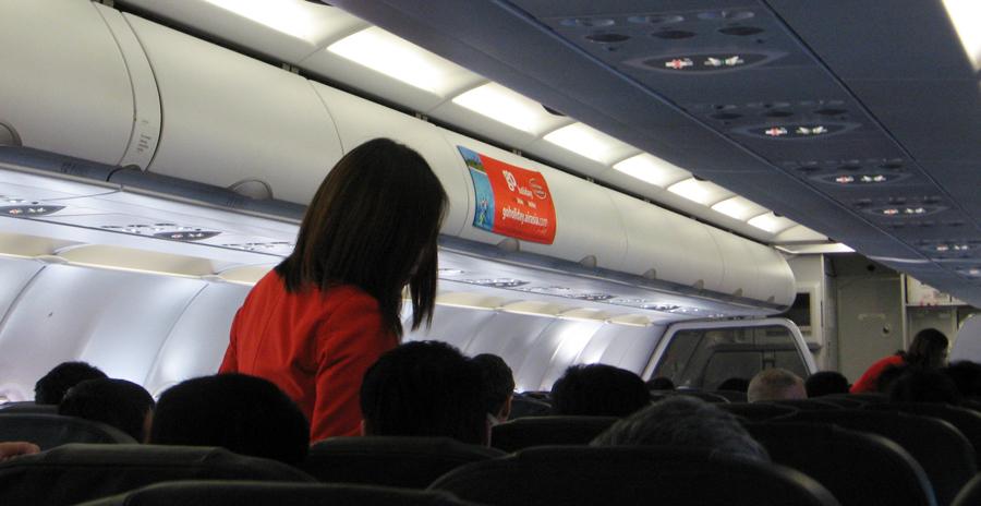 In Billigfliegern (Foto: Air Asia) geht es naturgemäß recht eng zu. Wenn dann noch Zusatzgebühren  lauern, verschnupft so mancher Fluggast.