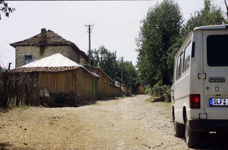 """Für alle Albanien-Neulinge, die in die Berge fahren wollen: Wir haben bei unserem ersten Trip gen Albanien einige  Dörfer in den Mokra-Bergen gesehen. Wir waren nie ohne sachkundige Einheimische unterwegs. Die Durchschnitts-Geschwindigkeit auf abenteuerlichen Wegen lag bei ca. 15 km/h, mehr als der 2. Gang war nie drin! Ein Reifen mit Hufnagel als """"Andenken"""" und eine lädierte Ölwanne waren das Resultat. Wir würden ohne Allradfahrzeug nie wieder die Wege verlassen."""