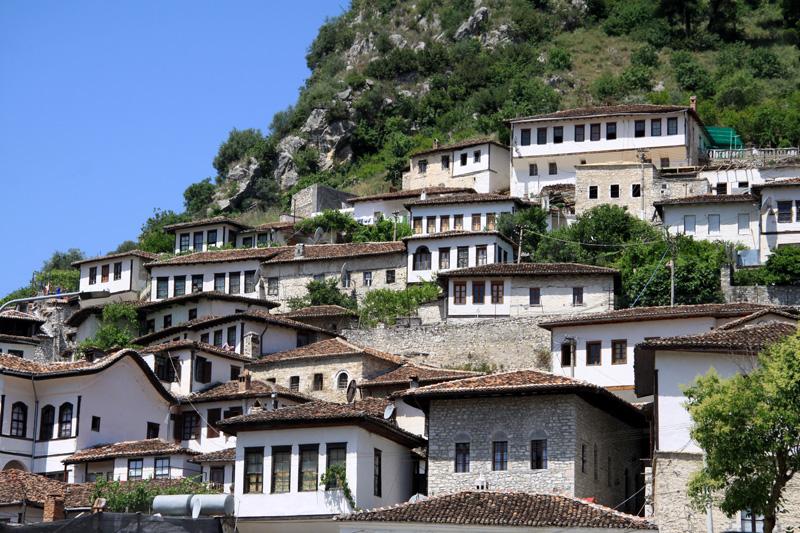"""Von Tirana gen Süden ist ein Stopp in Berat unabdingbar: Die """"Stadt der tausend Fenster"""" gehört seit 2008 zum Welterbe der UNESCO.  Berat ist zudem eine der ältesten Städte des Landes. Mit  seinen drei kompakten Altstadt-Quartieren Mangalem, Gorica und Kalaja ist Berat eine der bedeutendsten  Sehenswürdigkeiten des Landes."""