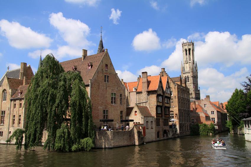 """Dies ist mit Sicherheit der am meisten fotografierte Ort in Brügge: Der  """"Rozenhoedkaai"""", nur ein paar hundert Meter vom Grote Markt entfernt. Hinter den Kanälen erheben sich die Bauten des mittelalterlichen Zentrums - auch der Belfried ist gut zu sehen."""