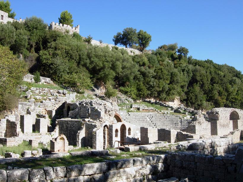 Butrint liegt auf einer Halbinsel aus, die vom Butrintsee und  vom Vivar-Kanalumgeben ist. Korfu ist von dort gut zu sehen. Das Hohelied auf Butrint wurde bereits in der Antike gesungen, z. B. von Milet oder  von Vergil. Die antiken Stätten von Butrint zählen zu den meistbesuchten touristischen Zielen und zu den berühmtesten Sehenswürdigkeiten des kleinen Albanien. Seit 1992 gehört Butrint zum UNESCO-Weltkulturerbe erklärt. Foto: Valerie M