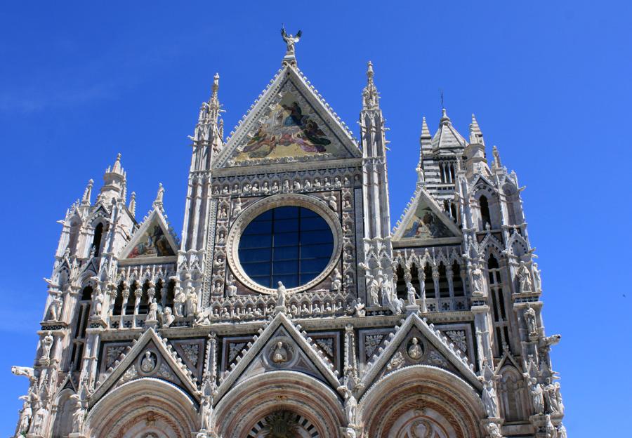 Ich habe mir den Dom in Siena wahrlich an den Hacken abgelaufen seit Mitte der 1990er Jahre. Und ich freue mich auf dieses grandiose Bauwerk jedes Mal aufs Neue. Die Fans von Rom, London, Florenz oder Paris mögen mir verzeihen (oder auch nicht): Gegen diesen prächtigen Sakralbau sind Petersdom, Westminster Abbey,  Santa Maria del Fiore  oder Notre-Dame für mich ein bisschen armselig.