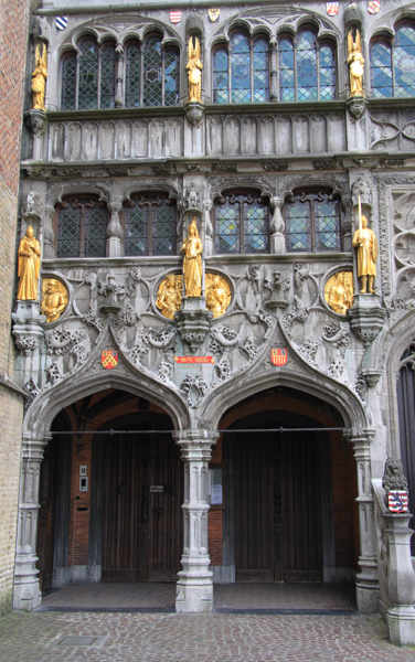 Sehr sehenswert ist auch die Heilig Blut-Basilika (Basiliek van het Heilig Bloedauf) dem Burgplein – der Grote Markt ist zum Greifen nah. Sie  ist das älteste noch erhaltene Bauwerk Brügges. Im Inneren des Gotteshauses wird die heiligste Reliquie Europas aufbewahrt.