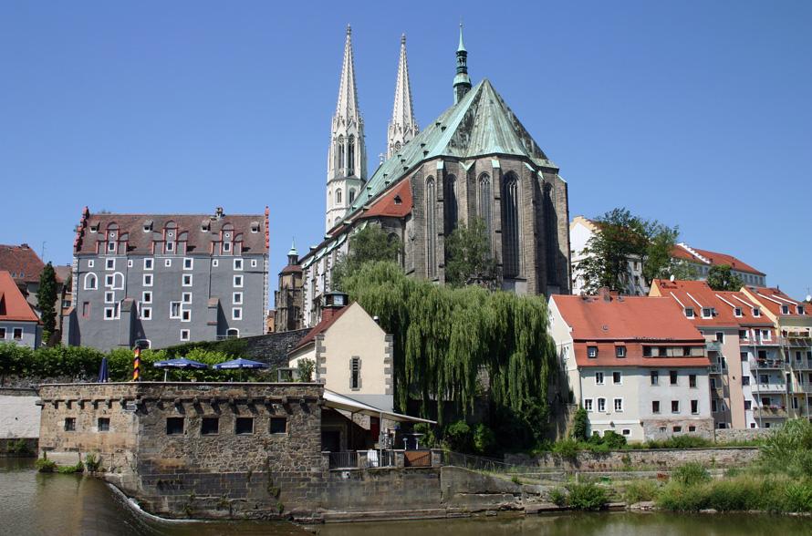 """Die Altstadtbrücke über die Neiße wurde 1298 erstmals erwähnt. Sie wurde damals mit Holz erbaut und im Laufe der Jahrhunderte immer wieder erneuert. 2003 wurden Mittel zur Errichtung einer neuen Altstadtbrücke freigegeben, offiziell eröffnet wurde sie  im Oktober 2004. Die Brücke verbindet das deutsche Görlitz und das polnische Zgorzelec. Für die am Ufer befindliche östlichste Gaststätte Deutschlands - die  """"Vierradenmühle"""" - wird noch immer ein neuer Pächter gesucht."""