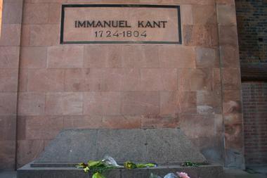 Immanuel Kant, der geistige Vater des Kategorischen Imperativs freut sich stets über frische Blumen auf seinem Grab am Dom.
