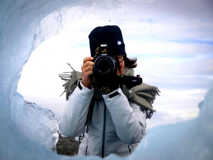 Nicht nur hinter der Kamera auf Island, auch hinter dem Reiseblog 6 Grad Ost steht Jutta Ingala