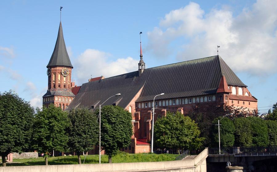 Das Wahrzeichen der Stadt ist unumstritten der gotische Königsberger Dom von 1325. Immanuel Kant, der seine Heimtstadt nie verließ,  liegt hier begraben.