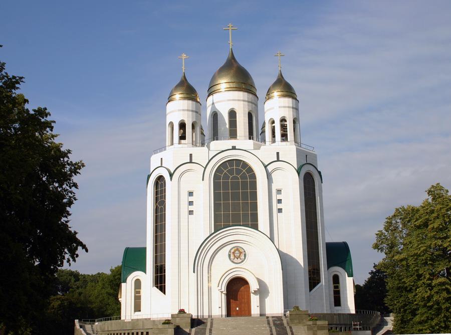 Die russisch-orthodoxe Christ-Erlöser-Kathedrale mitten im Zentrum ist ein Neubau!  Zur Grundsteinlegung kam 1996 der damalige Präsident Boris Jelzin, sein Nachfolger Wladimir Putin weihte die Kathedrale 2006 ein.  Mit 73 Metern ist es das höchste Gebäude Kaliningrads. In der Kathedrale finden mehr als 3.000 Menschen Platz.
