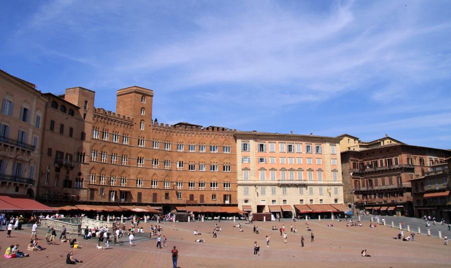Mit Wahrzeichen könne Siena einen schwunghaften Handel betreiben. Die Piazza del Campo ist nur eines - und der bedeutendste Platz der toskanischen Stadt dazu. Weltweit bekannt durch seine beeindruckende Architektur und seine halbrunde Form eienrseits, andererseits  durch das zwei Mal jährlich  ausgetragene Pferderennen Palio di Siena/strong>.
