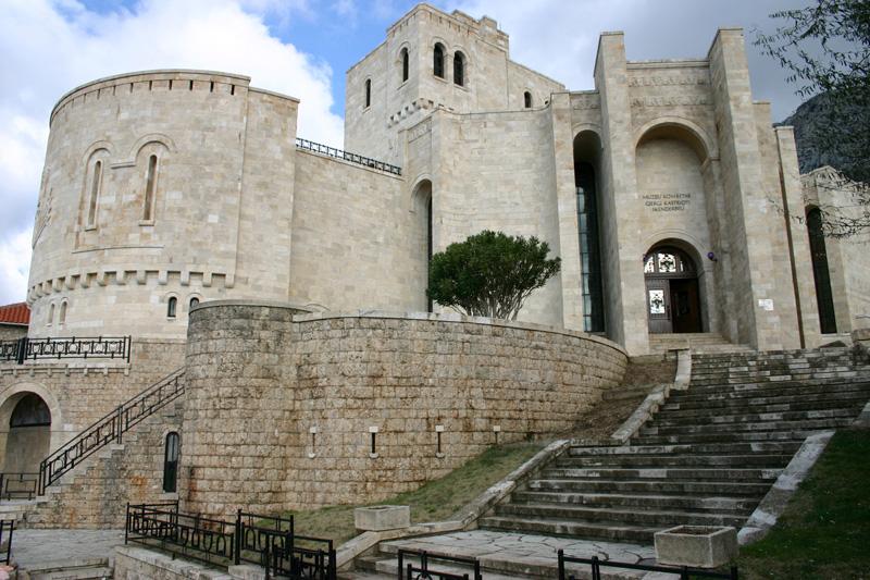 Auf dem Weg in die Hauptstadt Tirana ist die kleine Stadt Kruja ein Muss für historisch Interessierte. Die Festung ist  für die Albaner ein Nationalheiligtum ist. Sie beherbergt zudem das Skanderberg Museum.