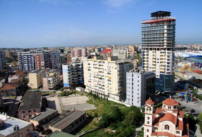 Durrës  liegt am Adriatischen Meer etwa 40 Kilometer westlich der albanischen Hauptstadt Tirana.