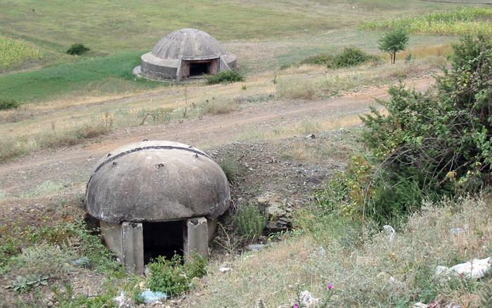 Allerorten unübersehbare Schandmale kommunistischer Herrschaft: Die Bunker. Errichtet  vor allem zwischen 1972 und 1984. Unter Enver Hoxha sollen im kommunistischen Albanien ca. 200.000 solcher Bunker erbaut worden sein. Der Diktator  wollte  für je vier Albaner einen Bunker zu bauen, also insgesamt 750.000!