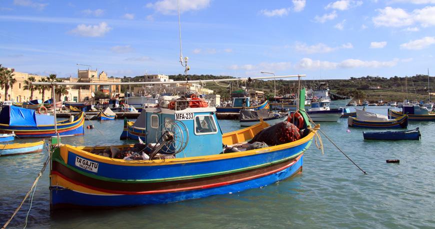Für uns der schöneste Ort auf Malta: Das kleine Dorf Marsaxlokk zwischen der Landzunge Delimara Point und Benghisa Point mit seinen bunt bemalten Fischerbooten (Luzzus). An der Hafenpromenade wird täglich ein Markt abgehalten (früh aufstehen!). Der Ortsname setzt sich aus dem arabischen Wort Marsa für Hafen und dem maltesischen Wort Xlokk (Südwind) zusammen.
