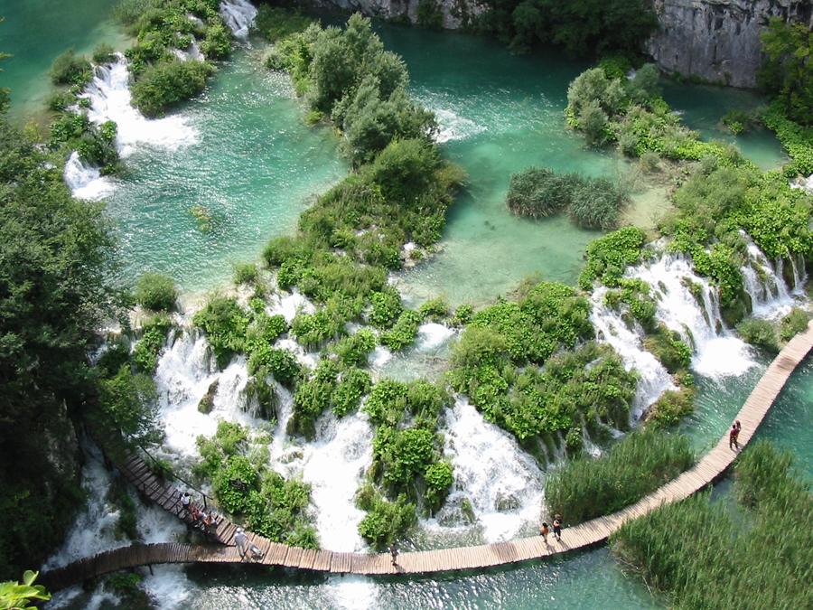 """Karl-May-Drehorte in Kroatien: """"Die Welt"""" Gut ein halbes Jahrhundert ist es her, dass die kultigen Filme nach den Fantasiegeschichten von Karl May an den Plitvitzer Seen (Foto), den Krka-Wasserfällen, in den tiefen Schluchten des Flusses Zrmanja und vor den grandiosen Felsskulpturen des Velebit-Gebirges gedreht wurden."""
