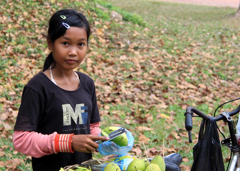 """Wo ein Lächeln die Wunden heilt: """"KRONEN-ZEITUNG""""  Langsam wächst Kambodscha einer besseren Zukunft entgegen. Immer mehr Touristen strömen hierher, um die sagenhaften Tempelanlagen von Angkor und die anderen Schätze des kleinen Landes zu entdecken. Mit dem Aufschwung verblassen die Narben der schrecklichen Vergangenheit."""