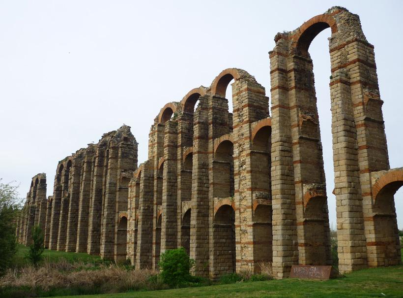 Acueducto de los Milagros (Aquädukt der Wunder) wird das wahrscheinlich im 1. Jahrhundert errichtete Bauwerk genannt.