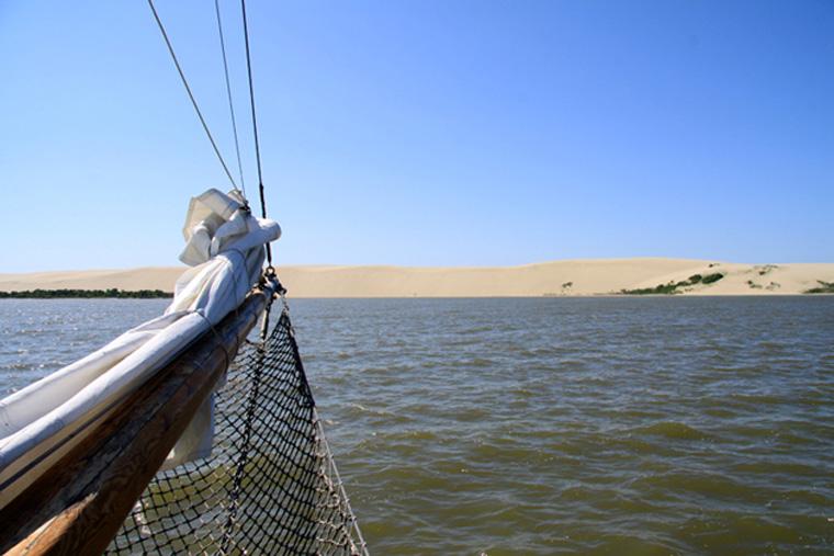 In Nidden liegen genügend kleine und größere Schiffe vor Anker, die alle nur auf Passagiere warten. Die Hohe Düne ist noch einmal so schön, wenn man sie vom Kurischen Haff aus betrachten kann!