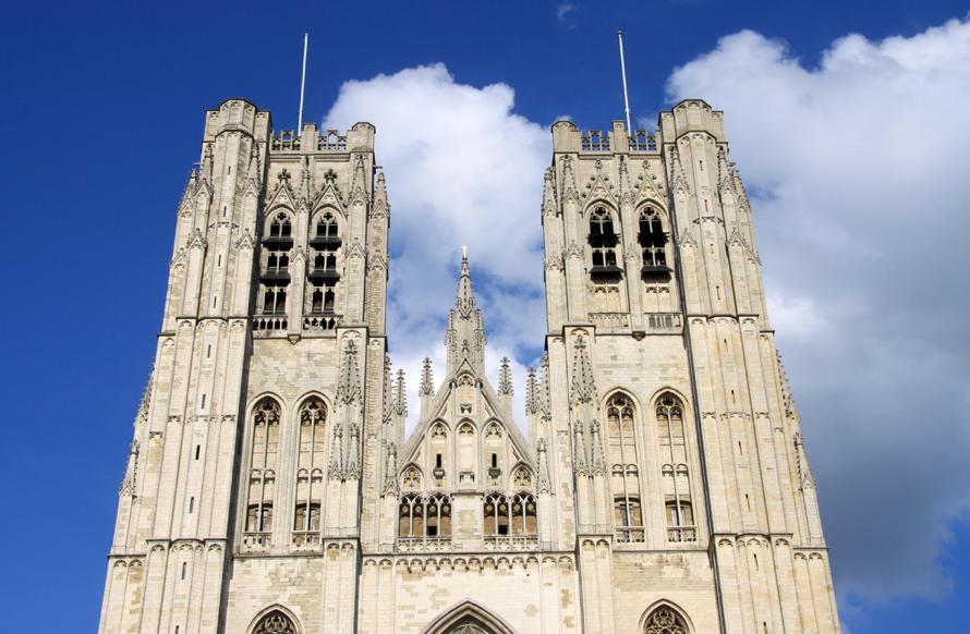 Die gotische Kathedrale St. Michael und St. Gudula  ist die Hauptkirche der Stadt. Der prächtige Bau wurde 1226 begonnen und Ende des 15. Jahrhunderts mit den 69 Meter hohen Türme vollendet. Faszinierend sind die  1.200 Glasgemälde in den 16 Chorfenstern. Lesestoff