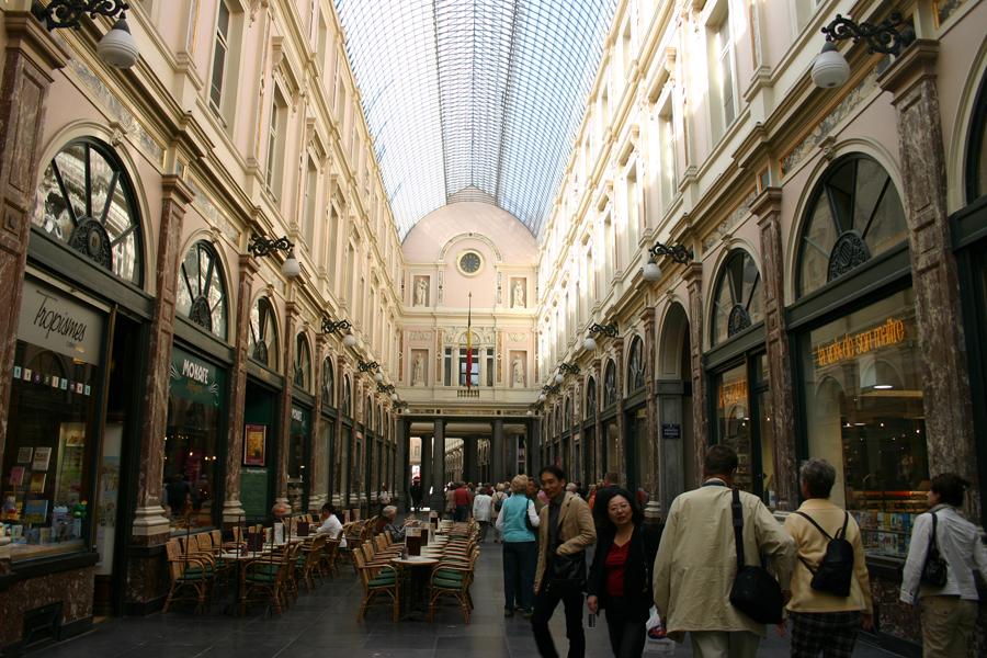 Eine sehr sehenswerte Ladenpassage im Herzen von Brüssel sind die Galeries Royales Saint-Hubert. 1847 eröffnet, besteht das 213 Meter aus einem langen Gang mit zwei oberen Stockwerken unter einem gewölbten Glasdach mit gusseisernem Rahmen. In der Passage finden sich neben zahlreichen Luxusläden auch diverse Cafés.