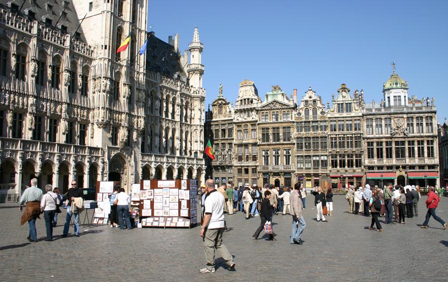 Es hat sich auch nach mehr als einem Vierteljahrhundert für mich nichts geändert: Die  Grand-Place (Grote Markt)  ist und bleibt für mich Europas schönster Platz inmitten einer Metropole! Mit seiner geschlossenen barocken Fassadenfront und dem gotischen Rathaus wurde dieses einzigartige Ensemble 1998 in das Weltkulturerbes der UNESCO aufgenommen.