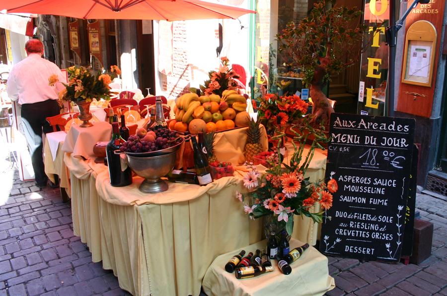 """Die berühmte Brüsseler """"Fressgasse"""" (Rue de Bouchers/Beenhouerstraat) sollte wohl zutreffender als berüchtigt benannt werden. Eine der klassischen Touristenfallen, die jede Großstadt beherbergt. Ich habe unter nicht vermeidbaren Umständen dort bereits gegessen und kann nur sagen: Nichts wie weg dort!"""
